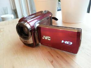 De JVC Everio HD 20x zoom. Filmpjes van ons leven, van Sarah, van belangrijke gebeurtenissen. Volgend jaar hoop ik met de nieuwe Nikon camera nog scherpere en betere films (en vlogs) te maken. Maar hiermee oefenen is tot die tijd een prima idee!